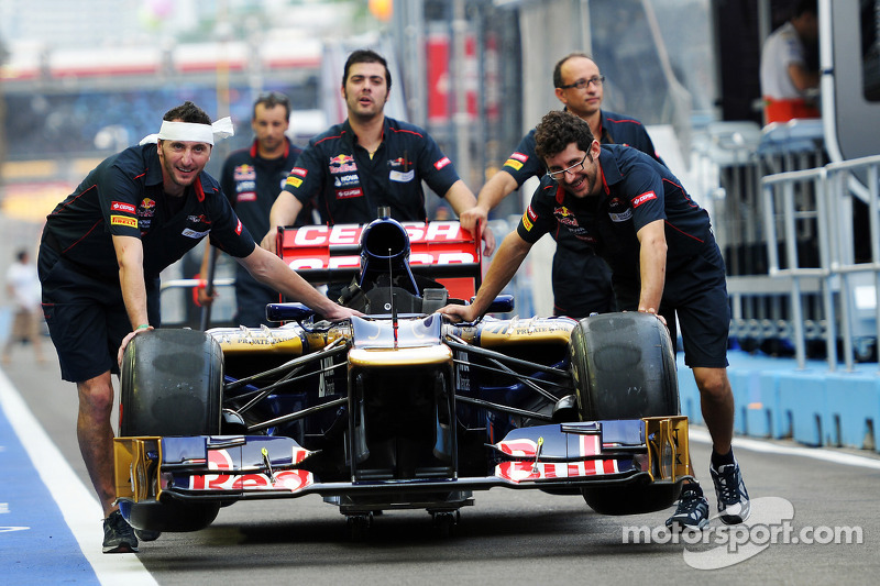 Scuderia Toro Rosso STR7 in de pitlane