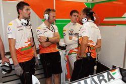 Gianpiero Lambiase, Ingeniero de Sahara Force India F1 y Paul di Resta, de Sahara Force India F1 con