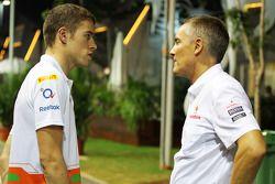 Paul di Resta, de Sahara Force India F1 con el Oficial Ejecutivo en Jefe de McLaren Martin Whitmarsh