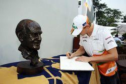 Nico Hulkenberg, Sahara Force India F1, firma un libro de condolencias por la tarde Sid Watkins, del