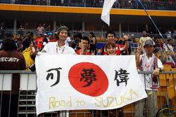 Fans japoneses con una bandera