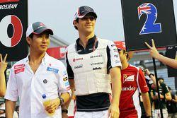 Kamui Kobayashi, Sauber y Bruno Senna, Williams en el desfile de pilotos
