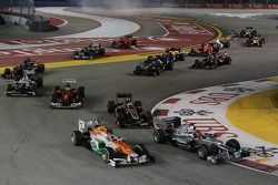Nico Hulkenberg, Sahara Force India F1 y Michael Schumacher, Mercedes AMG F1 al inicio