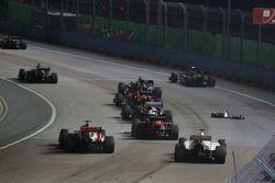 Coches evitan el ala delantera de Vitaly Petrov, Caterham en el inicio de la carrera