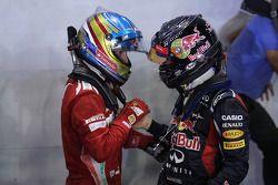 Ganador de la carrera Sebastian Vettel, Red Bull Racing con tercer lugar Fernando Alonso, Scuderia F