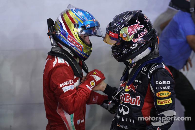 Ganador de la carrera Sebastian Vettel, Red Bull Racing con tercer lugar Fernando Alonso, Scuderia Ferrari
