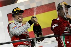 Podio: segundo lugar Jenson Button, McLaren Mercedes y tercer lugar Fernando Alonso, Scuderia Ferrar
