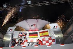 Podio: ganador de la carrera Sebastian Vettel, Red Bull Racing, segundo lugar Jenson Button, McLaren