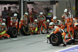Mecánicos de Sahara Force India F1 Team espera un pit stop