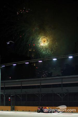 Race winner Sebastian Vettel, Red Bull Racing con fuegos artificiales en el cielo