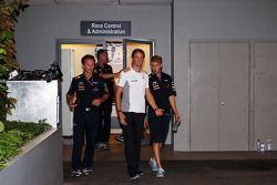 Jenson Button, McLaren y Sebastian Vettel, Red Bull Racing salen de la oficina de delegados después