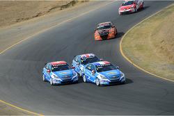 Yvan Muller, Chevrolet Cruze 1.6T, Chevrolet leads Alain Menu, Chevrolet Cruze 1.6T, Chevrolet and Robert Huff, Chevrolet Cruze 1.6T, Chevrolet