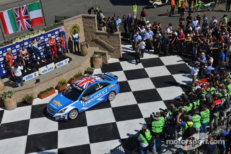 Robert Huff, Chevrolet Cruze 1.6T, Chevrolet race winner and 2nd position Norbert Michelisz, BMW 320 TC, Zengo Motorsport and 3rd position Gabriele Tarquini, SEAT Leon WTCC, Lukoil Racing Team