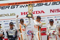 GT300 podium: winnaar Hiroki Yoshimoto, Kazuki Hoshino
