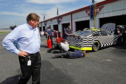 Robin Pemberton, vice president for competition NASCAR, in de garages