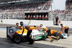 Paul di Resta, Sahara Force India pushed back in the pits