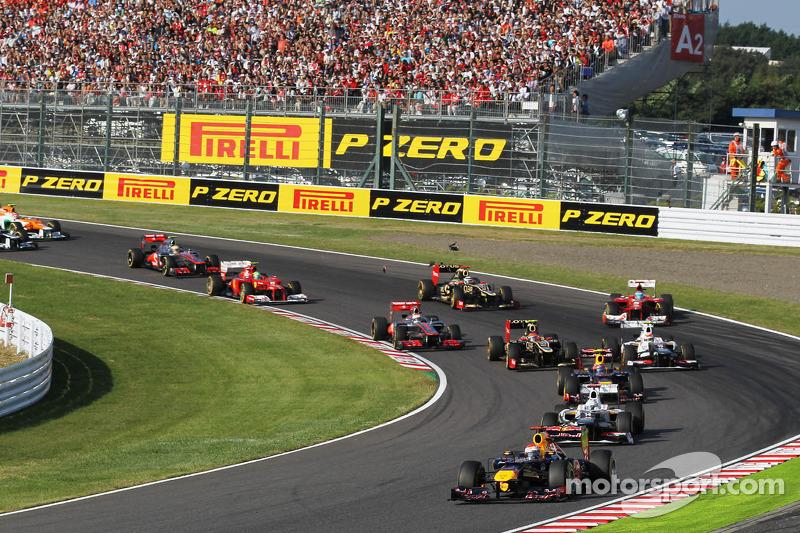 Sebastian Vettel, Red Bull Racing aan de leiding bij de start, Fernando Alonso, Ferrari crasht na contact met Kimi Raikkonen, Lotus F1