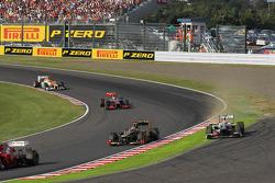 Sergio Pérez, Sauber se sale de pista después de ir luchando por la posición con Kimi Raikkonen, Lot