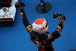 Kazanan Sebastian Vettel, Red Bull Racing kutlama yapıyor kapalı park