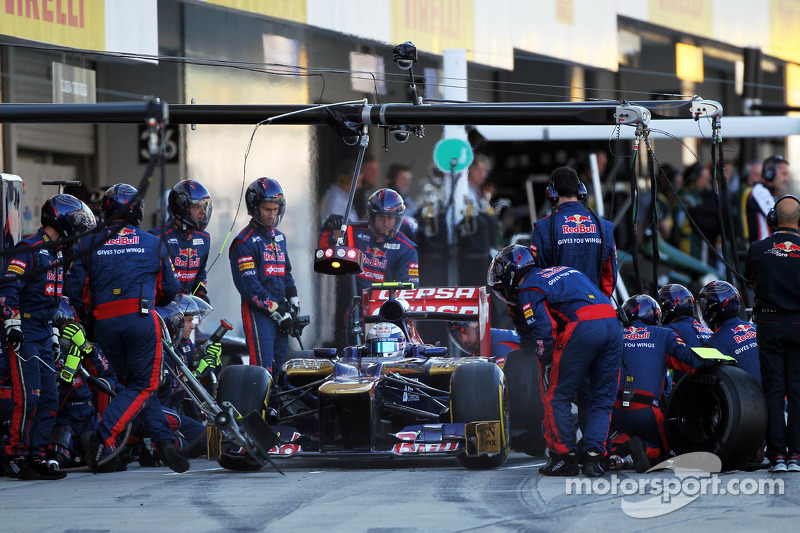 Jean-Eric Vergne, Scuderia Toro Rosso makes a pit stop