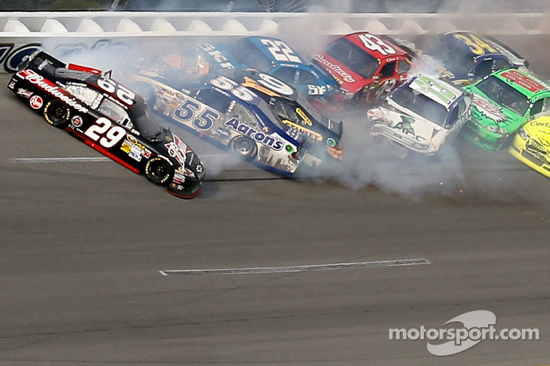 Last lap crash: Kevin Harvick, Richard Childress Racing Chevrolet, Michael Waltrip, Michael Waltrip Racing Toyota,Marcos Ambrose, Richard Petty Motorsports Ford