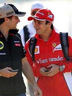 Jerome d'Ambrosio, del Lotus F1 Team con Felipe Massa, de Ferrari