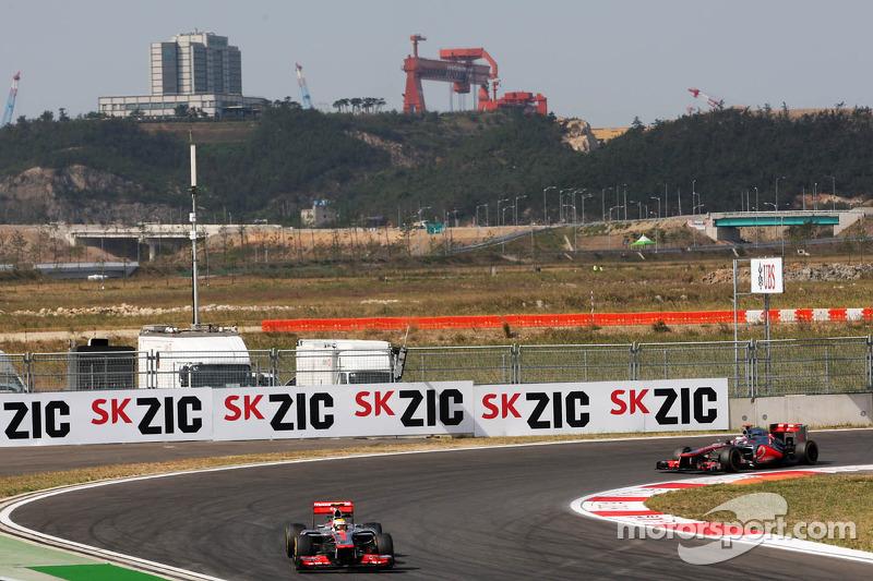 Lewis Hamilton, McLaren leidt voor ploegmaat Jenson Button, McLaren