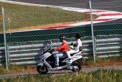 Sergio Pérez, Sauber regresa hacia los pits en una moto después de parar en la segunda sesión de prá