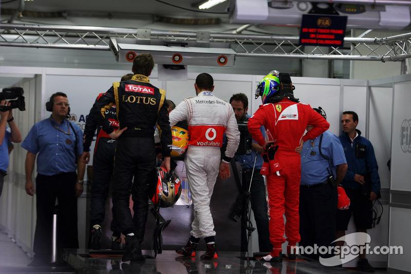 Romain Grosjean, Lotus F1 Team; Lewis Hamilton, McLaren en Felipe Massa, Ferrari in parc ferme