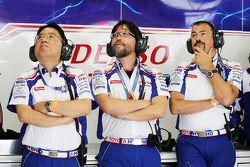 Toyota team kijkt toe
