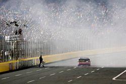 Race winnaar Clint Bowyer, Michael Waltrip Racing Toyota