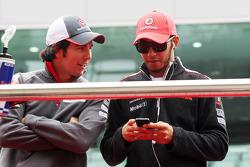 Sergio Pérez, Sauber con Lewis Hamilton, McLaren en el desfile de piltoos