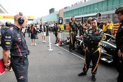 Adrian Newey, Red Bull Racing Chief Technical Officer takes a look at the Lotus F1 of Kimi Raikkonen