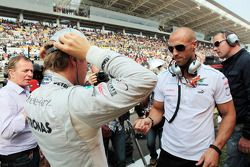Nico Rosberg, Mercedes AMG F1 with Daniel Schloesser, Personal Trainer on the grid