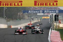 Fernando Alonso, Scuderia Ferrari y Sergio Pérez, Sauber F1 Team