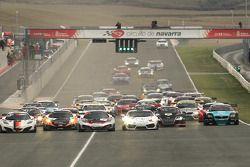 Start: #7 Hexis Racing McLaren MP4-12C: Stef Dusseldorp, Alvaro Parente, Frederic Makowiecki aan de