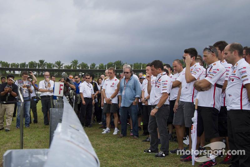 Homenaje a Marco Simoncelli por Fausto Gresini de San Carlo Honda Gresini