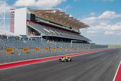 Un F1 de tres plazas en la pista