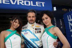 Yvan Muller, Chevrolet Cruze 1.6T, Chevrolet met gridgirls