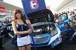 La chica de parrilla de Alain Menu, Chevrolet Cruze 1.6T, Chevrolet
