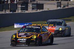 #30 NGT Motorsport Porsche 911 GT3 Cup: Henrique Cisneros, Mario Farnbacher, Jakub Giermaziak en #31