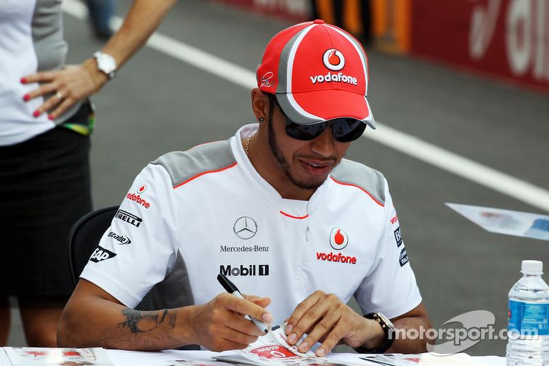 En 2012, Hamilton disputó su última temporada con McLaren y firmó con Mercedes para el año siguiente. Su estilo de vida ajetreado, que incluía cientos de horas de fiestas y vuelos por todo el mundo, se hizo famoso. Lewis comenzó a hacerse tatuajes en lugares visibles, demostrando sentirse con más confianza en sí mismo.