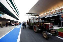 TrAktör beside Sahara Force India F1 VJM05 pit stop