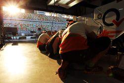 Sahara Force India F1 VJM05 prepared pit stop
