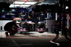 Scuderia Toro Rosso STR7 pit garajı, night