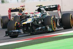 Vitaly Petrov (Caterham) devance Kimi Räikkönen (Lotus F1)