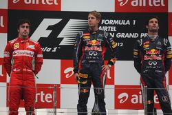 1ste plaats Sebastian Vettel, Red Bull Racing en 2de plaats Fernando Alonso, Scuderia Ferrari en 3de plaats Mark Webber, Red Bull Racing