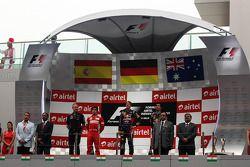 Podyum, Fernando Alonso, Ferrari, 2.; Sebastian Vettel, Red Bull Racing, Yarış galibi; Mark Webber, Red Bull Racing, 3.