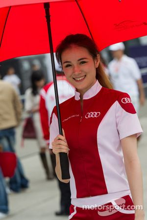 Jeune femme au stand