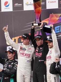 Race winnaars Stef Dusseldorp, Frederic Makowiecki en Philippe Dumas, team manager